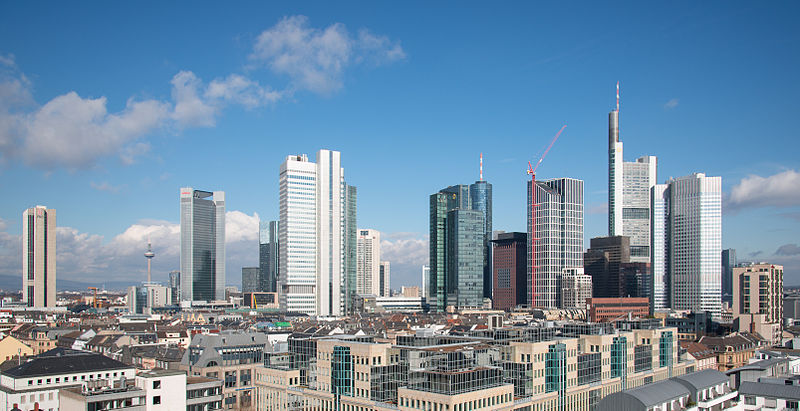 Blick auf eine Stadt mit Hochhäusern - Durch unsere Blockheizkraftwerke (BHKW) in verschiedenen Unternehmen, Hotels und Industrieparks konnten wir bereits viel CO2 einsparen.