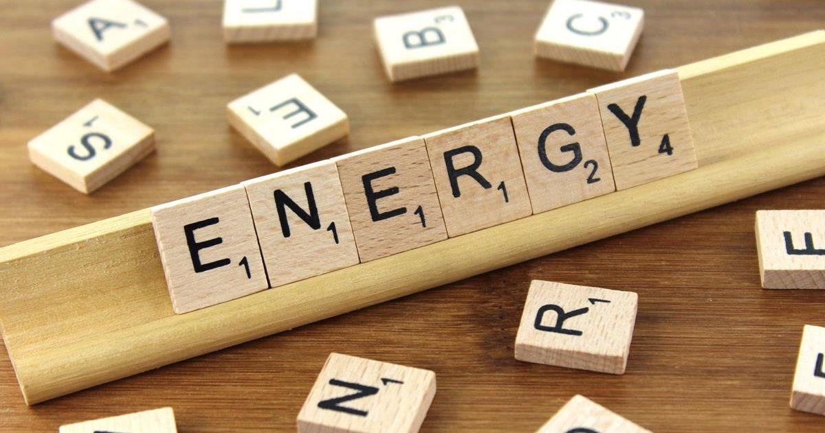 """Energiemanagementsystem installieren- eine Energiedienstleistung von sense electra / Foto: Holzbuchstaben, die das Wort """"Energy"""" bilden"""