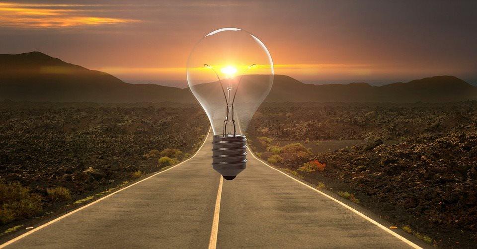 leuchtende Gluehbirne auf Strasse - weitere Energiedienstleistungen neben Einbau von Blockheizkraftwerken